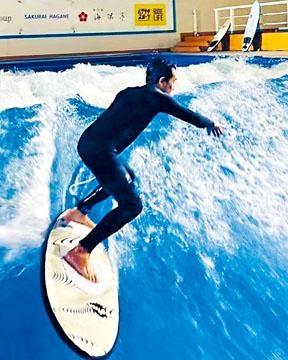 嘉玲拍下老公偉仔踏上滑浪板的英姿。