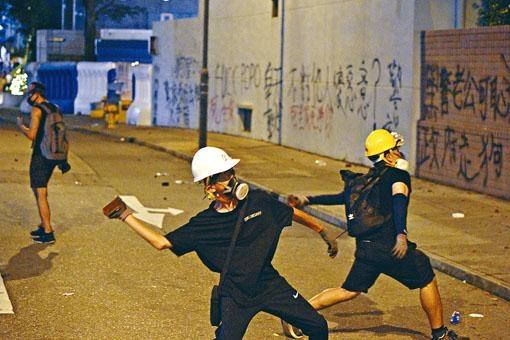 激進示威者向警署宿舍投擲硬物,肆意破壞。
