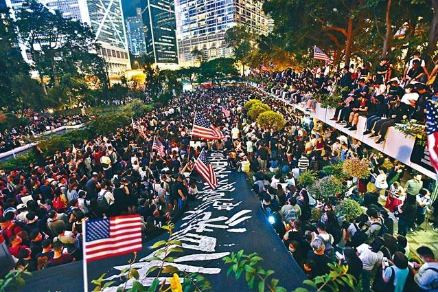 大批市民及示威者昨在遮打花園集會。