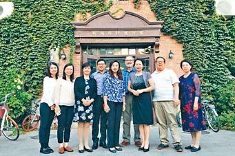 恒大傳播學院及清華新聞與傳播學院代表,在清華大學校園合照。