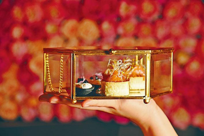 有別於坊間常見的英式三層架,這裏的下午茶袖珍美點都放在復古玻璃珠寶盒內,配合店中優雅氛圍,倍感精緻。