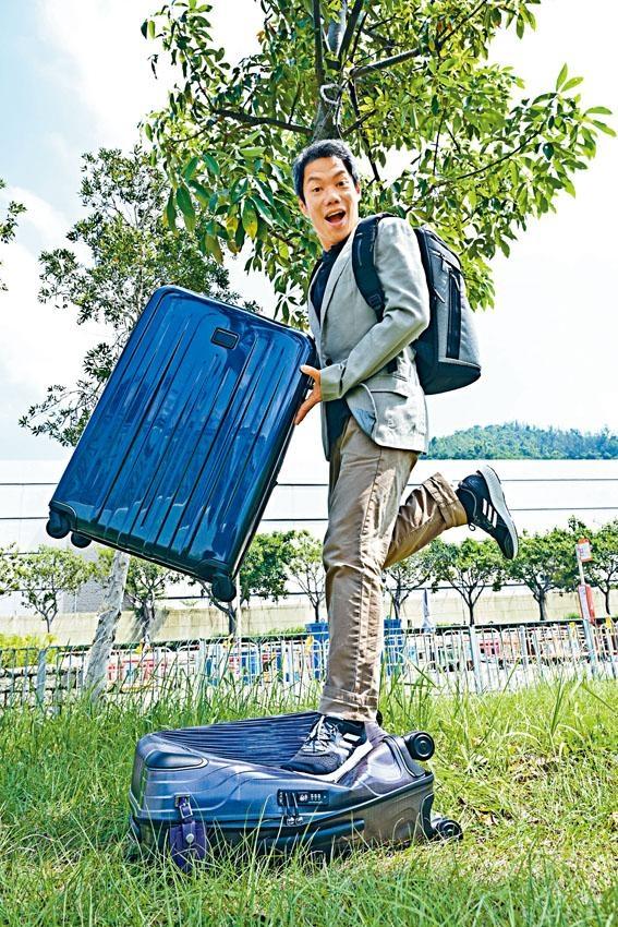全新Tumi Latitude行李箱(下)可承受重一百七十磅的阿卓爸爸,的確夠耐用。
