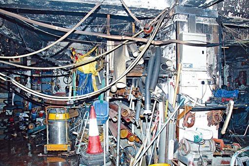 起火的工程公司嚴重焚毀,牆壁熏黑。