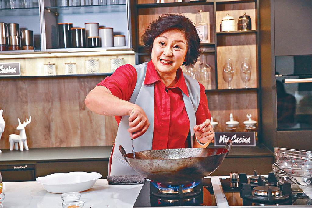 師奶廚神 ■Gigi姐貴為「師奶廚神」,炒嘢功架十足。