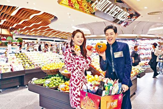 黃翠如與蕭正楠夫妻檔出席美食購物廣場開幕活動。