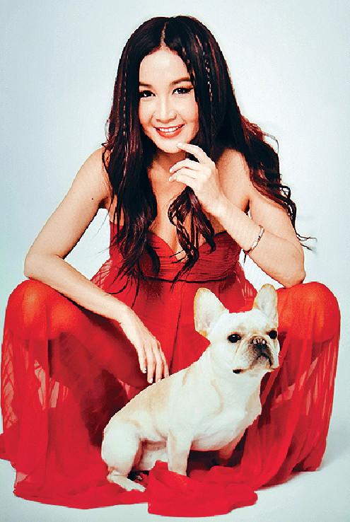 ■拍攝期間, Irene被小狗纏住,但佢好開心。
