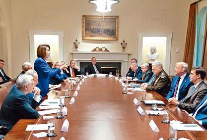 特朗普在Twitter發布一幀佩洛西(左)站起指着自己的照片。