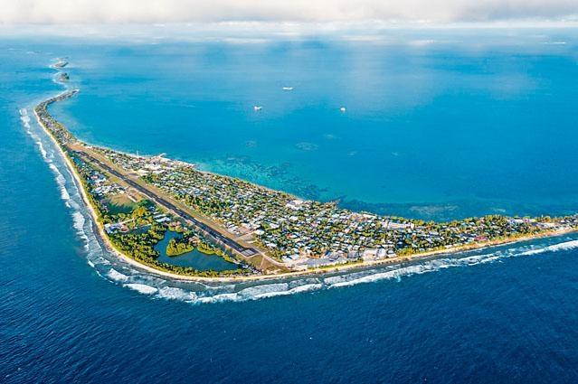 南太平洋島國圖瓦盧首都富納富提的鳥瞰圖。