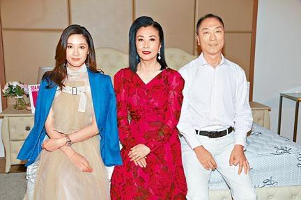 汪阿姐(中)拍攝牀品廣告,獲老闆鄔友正與太太翁嘉穗到場支持。
