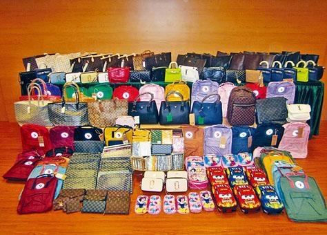 海關在旺角「女人街」搜出八十四萬元冒牌貨。