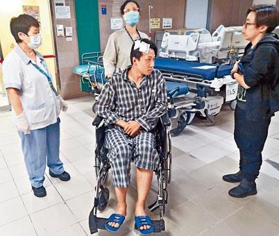 坐在輪椅上的岑子杰頭上包着紗布,精神不俗。