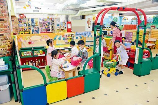 消息指政府研究在「一地多用」發展模式下,為非牟利幼稚園預留校舍。至於規定發展商在新建住宅預留校舍的建議,發現並不可行。