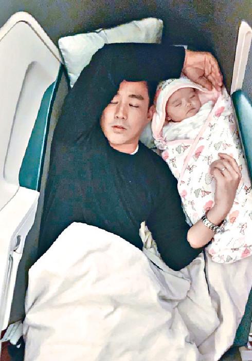 ■月前,一家三口遊日本,黃頌祈攬B女溫馨同牀。