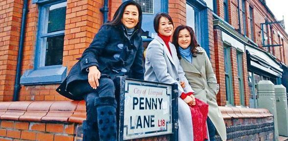 ■(左起)宣萱、胡杏兒與陳慧珊,為節目《放學後》同遊英國。