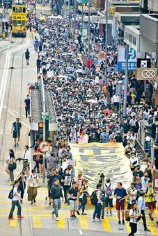 ■網民發起昨午五區「快閃」遊行,大致和平。