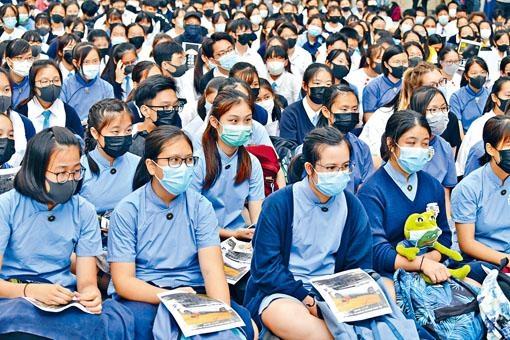 ■十一所中學的學生在港大中山廣場席地而坐。