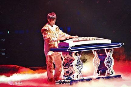 ■除了鋼琴,周董還即場彈古箏。