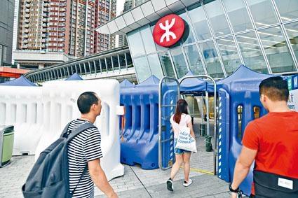 ■高鐵西九龍站外,架設水馬陣防遭衝擊。