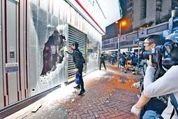 ■本月十三日,大批激進示威者到處破壞,警方拘捕多人。