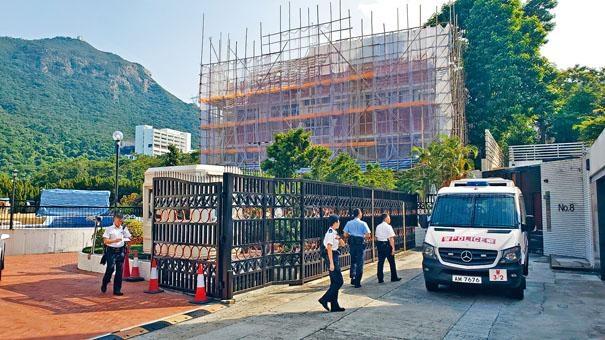 ■遇竊的豪宅四周搭有棚架,警員到場調查。