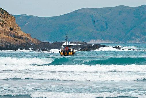 ■發生快艇螺旋槳劏殺泳客的大浪西灣風浪頗急。