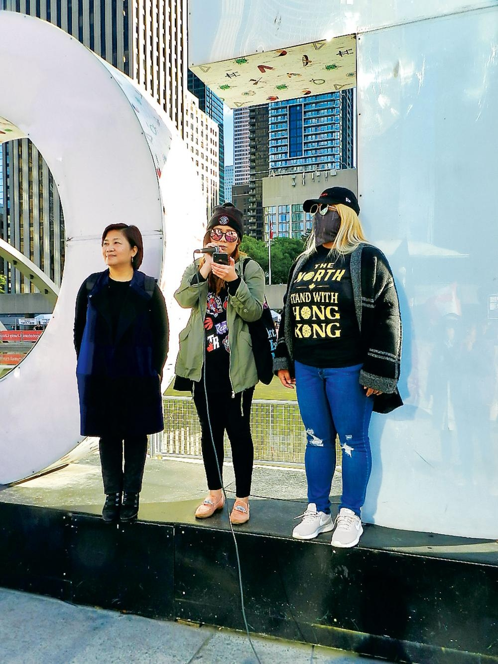 「多倫多港人行動組」兩名代表在台上發言,左為港加聯主席馮玉蘭。