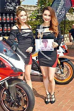 許珮榆(右)、練荻伽以性感打扮出席電單車活動。
