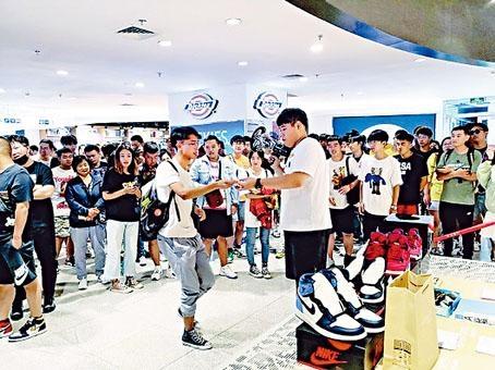 ■籃球鞋發售現場人氣火爆。