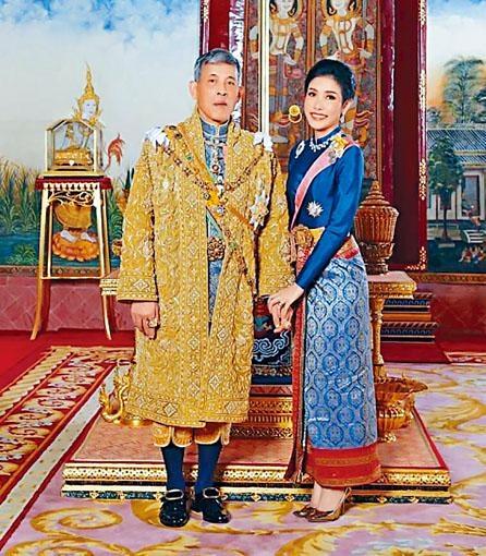 泰國皇室八月發布哇集拉隆功與詩尼娜的合照。