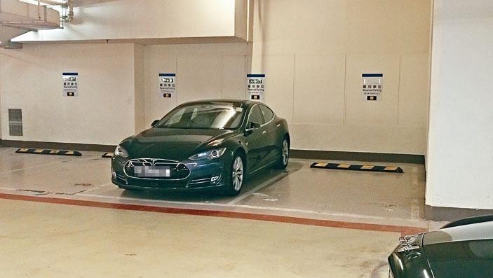 中環中心一個車位「天價」七百六十萬元易手(箭嘴示),成為全港「車位王」。