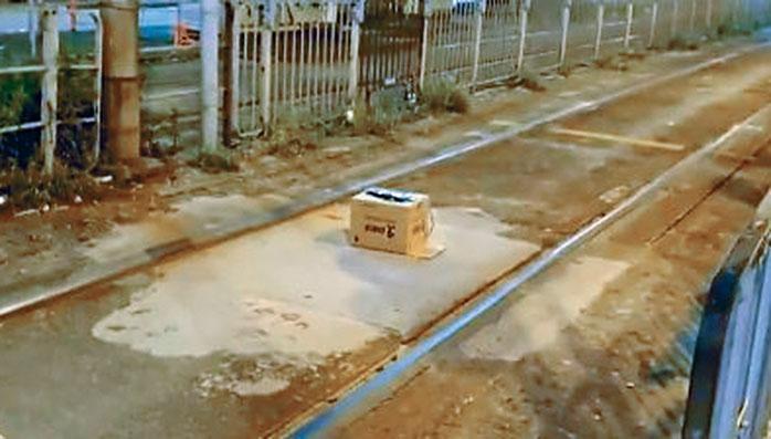 示威者兩度在馬路放置紙盒「電綫詐彈」 。