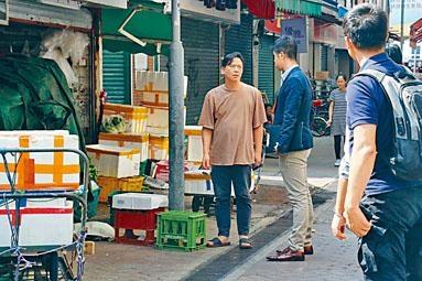 遭匪綁劫東主(左)向探員講述案發經過。