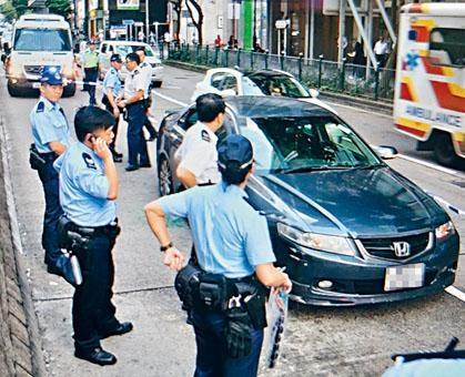 警方在私家車內搜出懷疑毒品。
