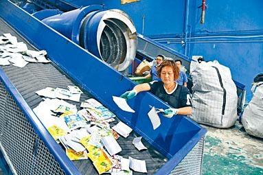 香港首家回收紙包飲品盒生產廠昨正式啟用。