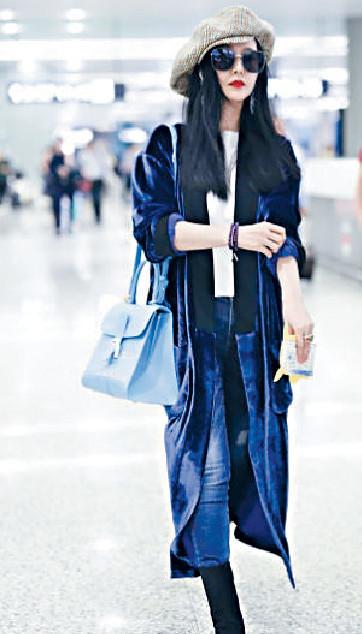 ■范冰冰早前抵上海機場,有粉絲上前索簽名。網上圖片