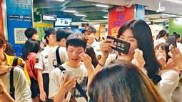 廣州長隆地鐵站內,部分乘客因妝容驚悚被要求卸妝。