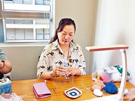 淑韻每星期一至五都會到中心學習針織。