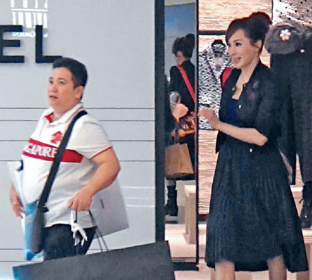 ■羅霖在Chanel買完靴,與傭人一齊離開。