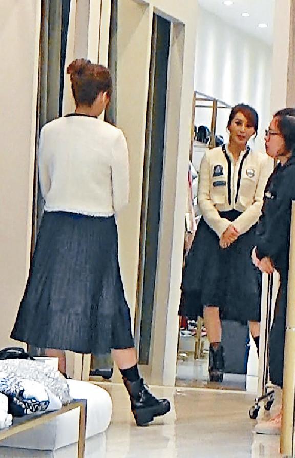 ■Candy在Pinko店內主攻外套,最心儀白色褸。