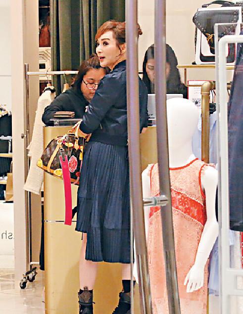 ■在時裝店逗留了約1小時,Candy買咗外套又買咗裙。