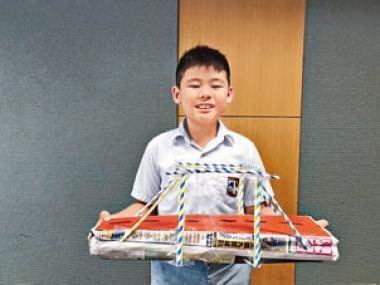 小五生林道建製作的紙橋能承托逾一百八十粒圍棋,是全班最高記錄,令他很有成功感。