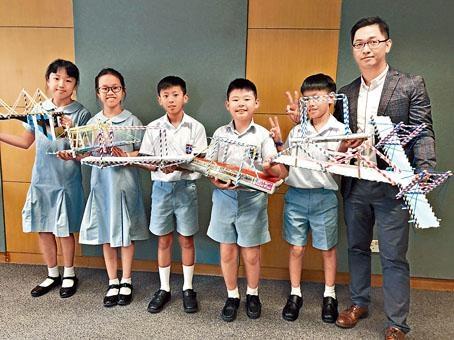 常識科老師周恒峯(右一)在課堂上通過動手製作紙橋的STEM教學活動,讓學生運用跨學科知識。