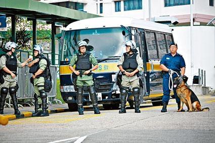 陳同佳離開壁屋懲教所其間,懲教緊急應變隊在旁戒備。