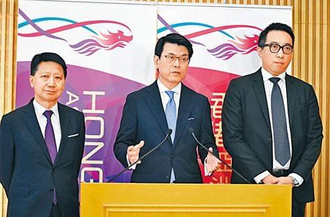 邱騰華(中)公布,下月起向旅行社推出為期四個月「現金鼓勵計畫」。