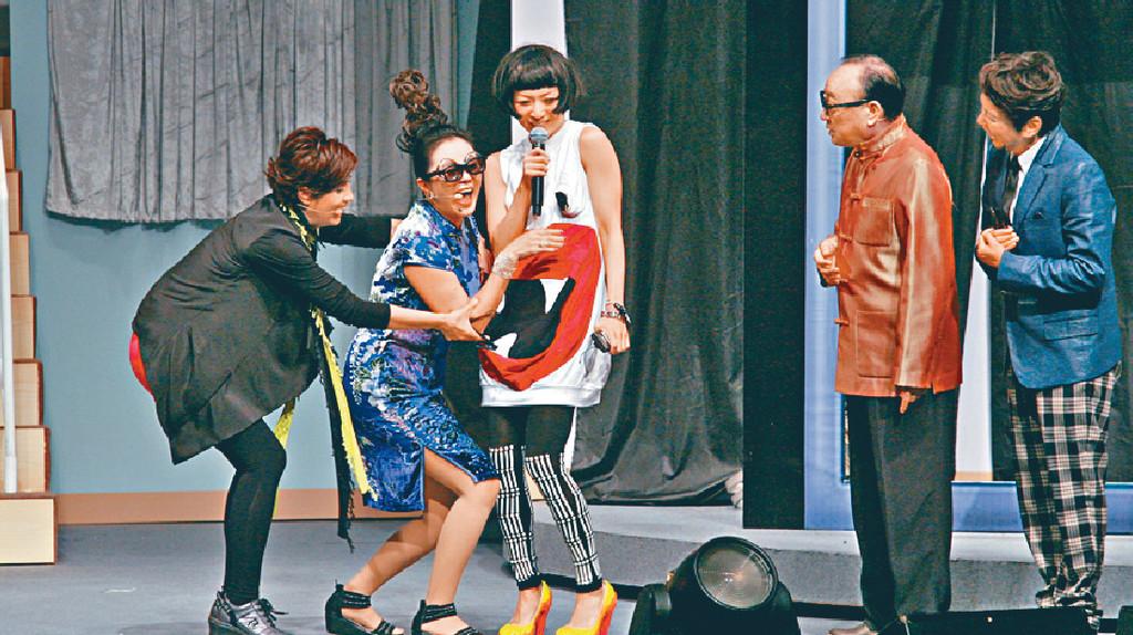 ■2011年賈思樂搞咗4場《蝦仔爹哋》舞台劇,戚美珍、盧海鵬、林建明及鄭秀文亦有參與。