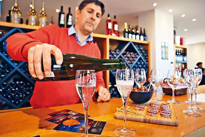 訪客可免費試喝多款美酒。