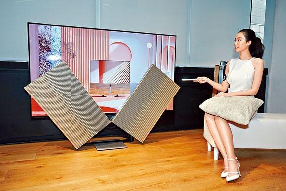 Beovision Harmory再度將科技與藝術融合,不過身價依舊不菲。售價:$215,570(橡木配鋁製面板)、$205,570(深灰織物配鋁製面板)