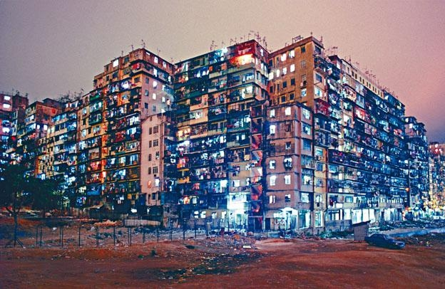 ●Greg Girard《Kowloon Walled City Night View from SW Corner》(一九八七年,Courtesy of Blue Lotus Gallery)