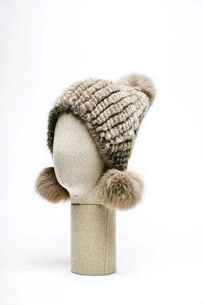 針織冷帽/$2,680綴以狐狸毛Pompom裝飾,注入可愛味道。