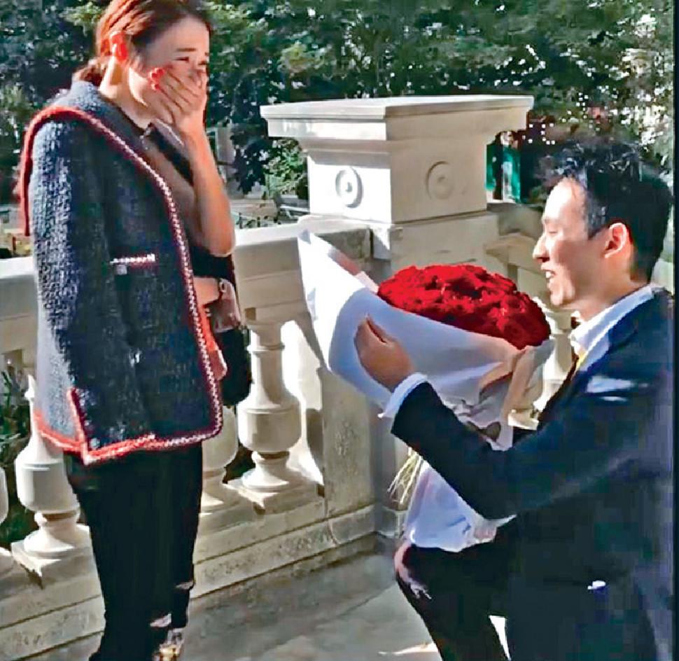 驚喜求婚 ■去年除夕,Elva在社交網公告喜訊,po出男友V先生趁她到巴黎工作突然跪地求婚片段,搞到她又喊又笑。